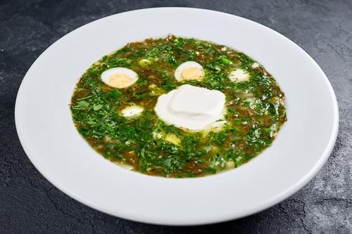 Зелений борщ з перепелиними яйцями та моцарелою
