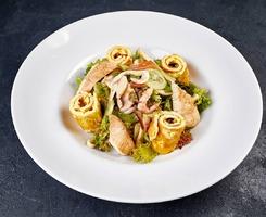 Зелений салат з морепродуктів,курчам-гриль та омлетом