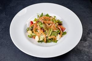 Зелений салат з сьомгою, моцареллою і перепелиними яйцями
