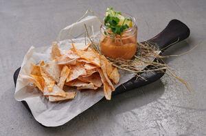 Хумус з фірмовими чипсами