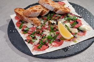 Карпаччо з телятини, соусом песто та гречаними тостами
