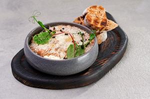 Тартар із лосося з трюфельною пастою та артишоком