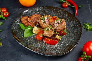 Салат iз печених баклажанiв, томатiв i мiнi-стейкiв
