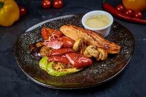 Сьомга гриль з антипастi з печених овочiв i сiцiлiйским соусом