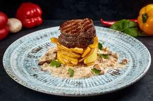 Стейк iз смаженою картоплею i соусом з бiлими грибами и чорним трюфелем