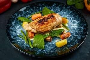Трюфельне курча повільного приготування з підпеченою скоринкою та міні-овочами