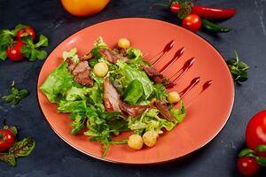 Зелений салат з качкою,смаженим камамбером i малиновим бальзамiко