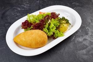 Котлета по-київськи з судака та зеленим салатом
