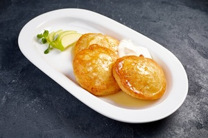 Оладки з яблуками або персиками на Ваш вибір сметана або карамель додаються