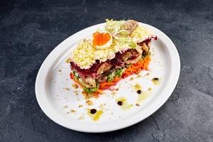 Салат із запечною перепілкою, перепелиними яйцями та червоною ікрою