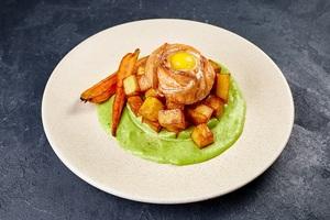 Сьомга на шпинатному соусі зі смаженою молодою картоплею