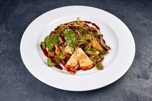 Теплий мікс-салат з фетою та філе курчати