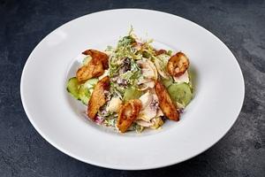 Зелений салат з грибами, куркою та кальмаром