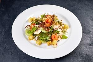 Зелений салат з сьомгою