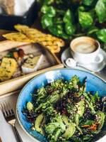 Салат с авокадо, киноа и кедровым орехом