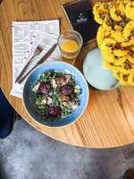 Салат з ростбіфом і карамелізованою сливою