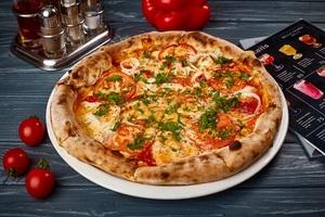 Піца з курчам смаженим на грилі, салямі та свіжими помідорами