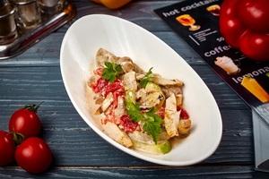 Теплий салат із печених овочів і філе курчати