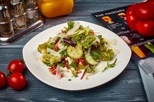 Зелений салат з печеним перцем і пармезаном