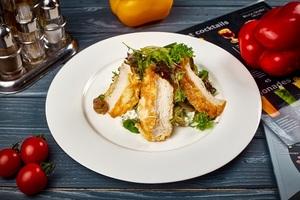 Зелений салат з трюфельними печерицями, курчам у льєзоні та м'яким сиром